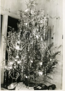 Family photo of the Ray and Molly (Owen) Charboneau Christmas tree, in the cottage at Otter Lake, Oneida, N.Y. (1942). Scan: Molly Charboneau