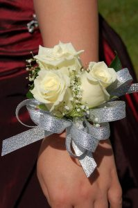 https://pixabay.com/photos/white-roses-roses-grad-corsage-1751943/